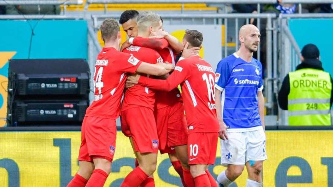 Heidenheims Torschütze Robert Glatzel (2.v.l.) jubelt mit Mannschaftskollegen über das Tor zum 1:0 gegen Darmstadt. Foto:Uwe Anspach