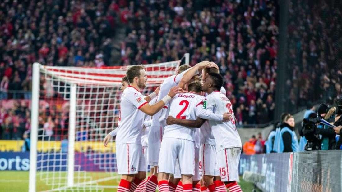 Kölns Spieler freuen sich nach dem 4:1 über den FC St. Pauli. Foto: Marcel Kusch