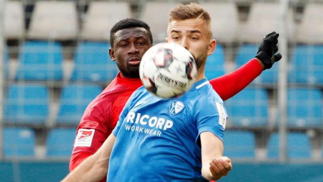 Bochums Lukas Hinterseer (r) und Paderborns Jamilu Collins kämpfen um den Ball. Foto: Roland Weihrauch