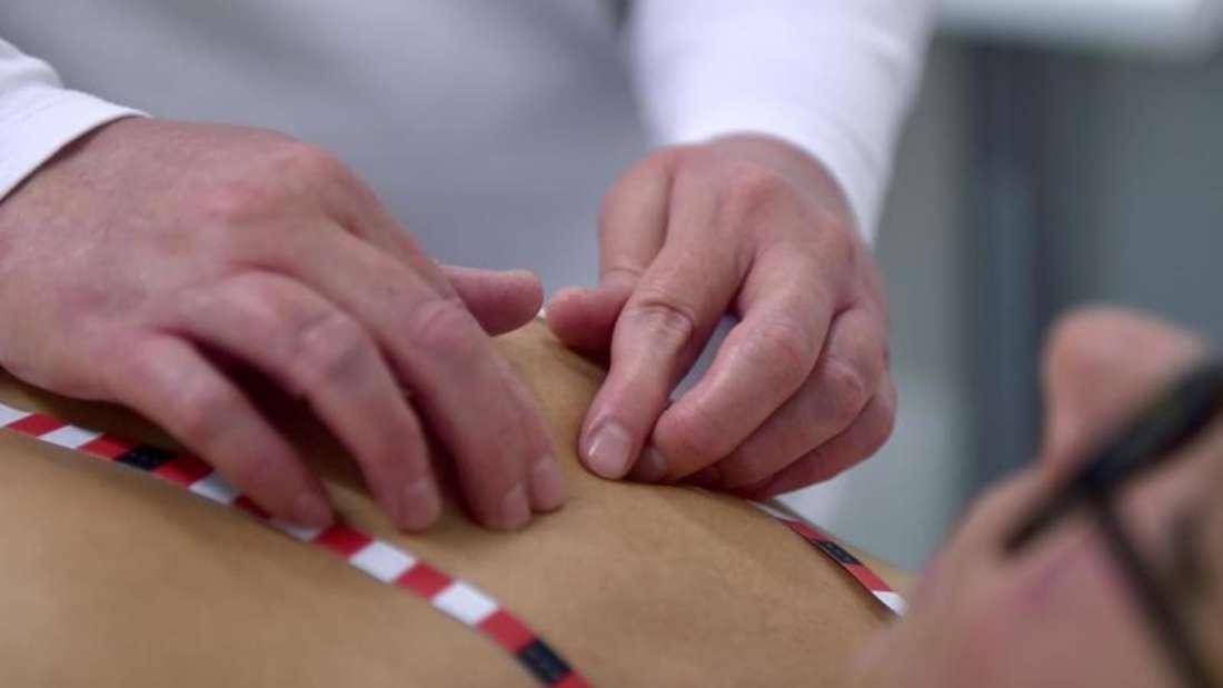 Filiz Demir, blinde Medizinische Tastuntersucherin, untersucht die Brust von einer Patientin. Foto: Caroline Seidel