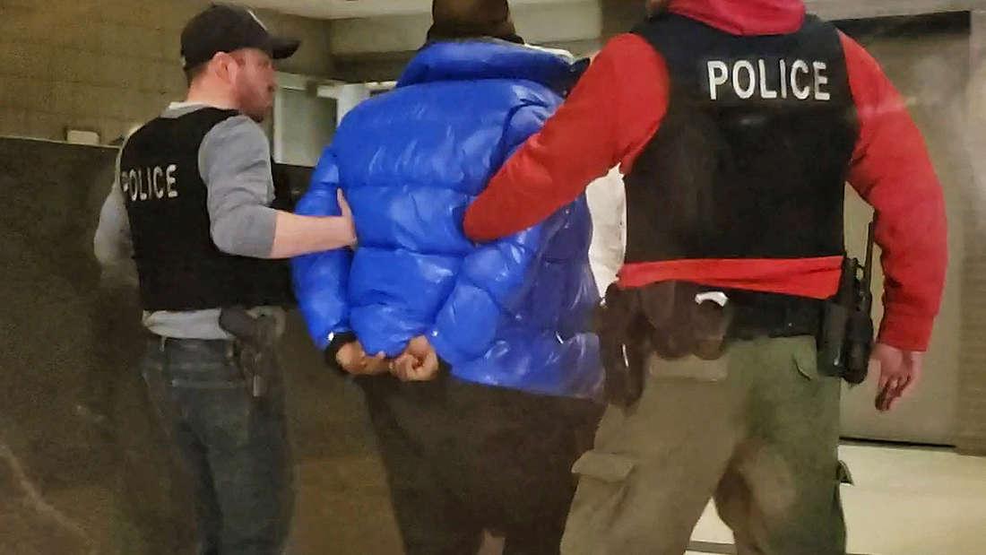 Kelly hatte sich wegen eines Haftbefehls am Freitag der Polizei in Chicago gestellt.