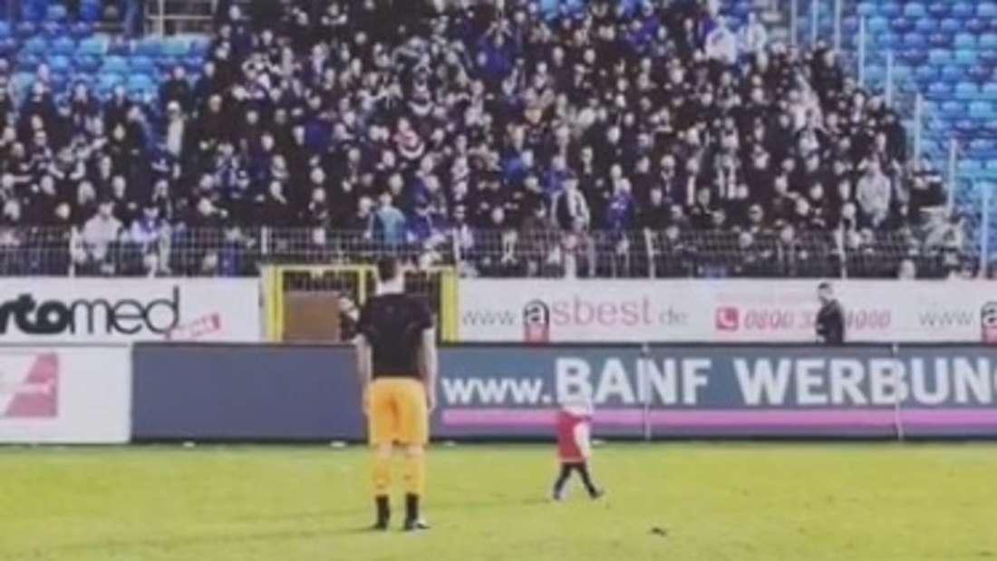 Nach der Partie feiert Waldhof-Keeper Markus Scholz gemeinsam mit seiner Tochter den Heimsieg gegen Frankfurt.