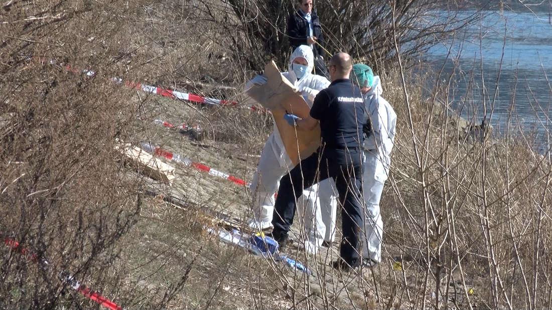 Die Kriminalpolizei sucht nach Spuren am Mannheimer Neckarufer nach dem Fund einer Leiche.
