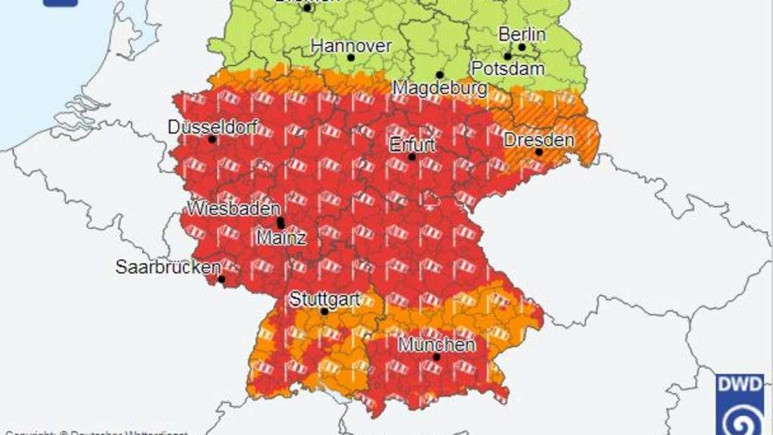 In großen Teilen Deutschlands herrscht Alarmstufe Rot - hier gibt es eine amtliche Unwetterwarnung vor orkanartigen Böen.