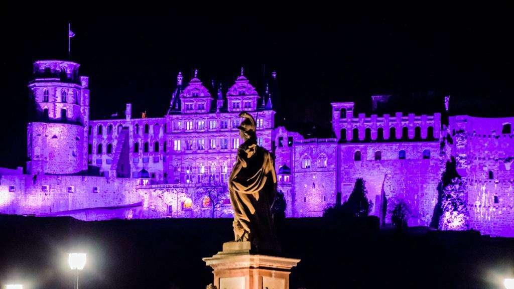 """Light it up purple"": Das Schloss am Weltfrühgeborenentag."