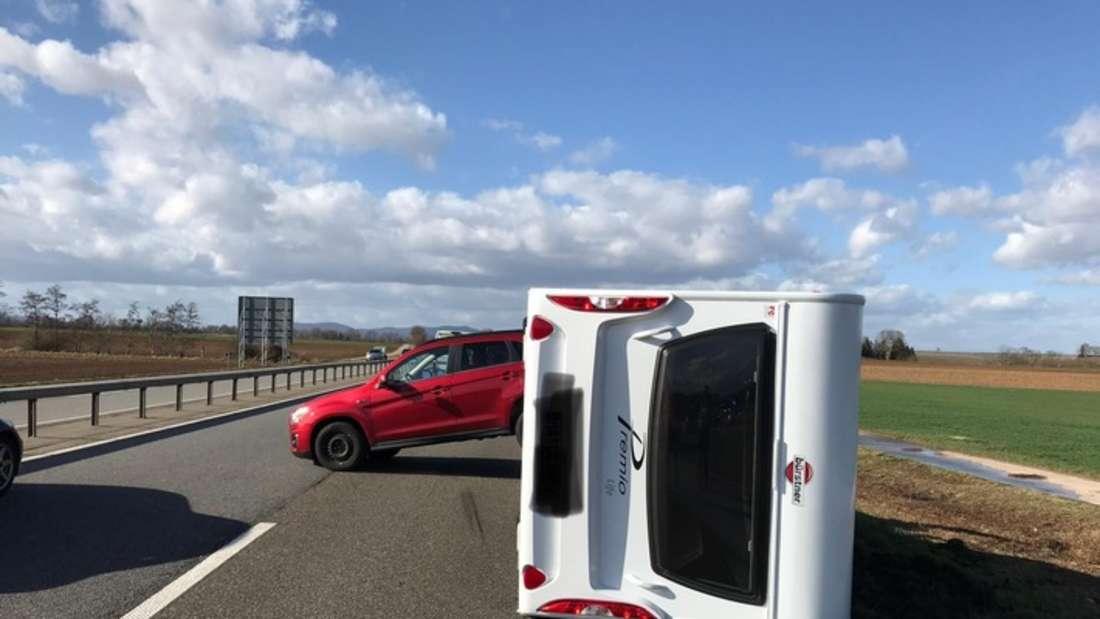 Eine Sturmböe erfasst ein Auto auf der A65. Das kommt ins Schleudern und kippt um.