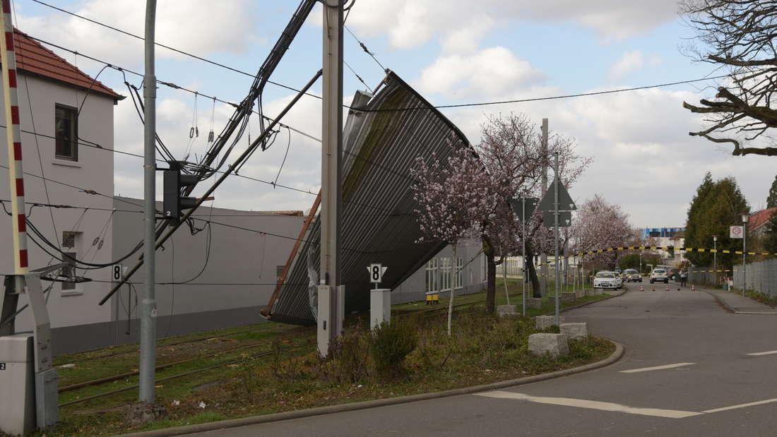In Heidelberg wird ein komplettes Flachdach einer Halle auf die Gleise der Linie 5 geweht.