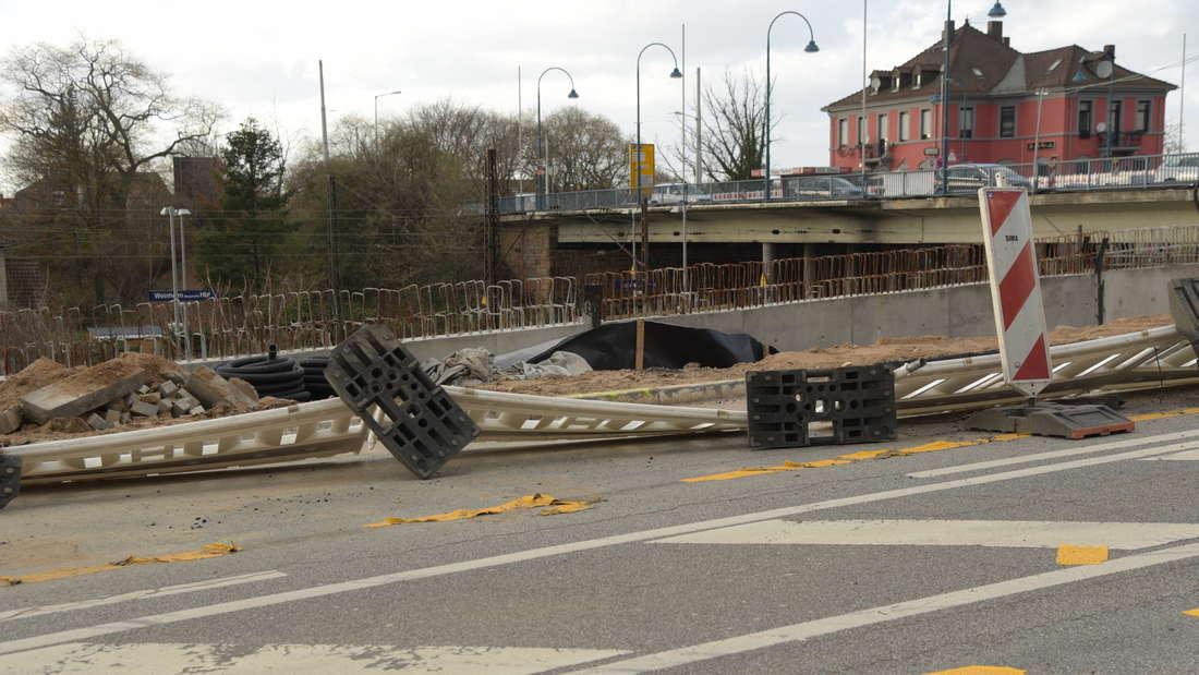 In Weinheim sind an zwei Stellen Baustellensperrungen umgestürzt und Äste eines Baumes abgebrochen.