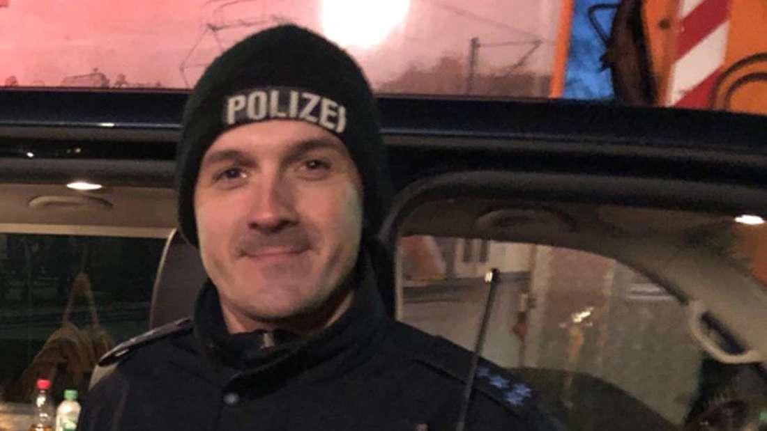Ein glücklicher Polizist trotz stürmischen Einsatz.
