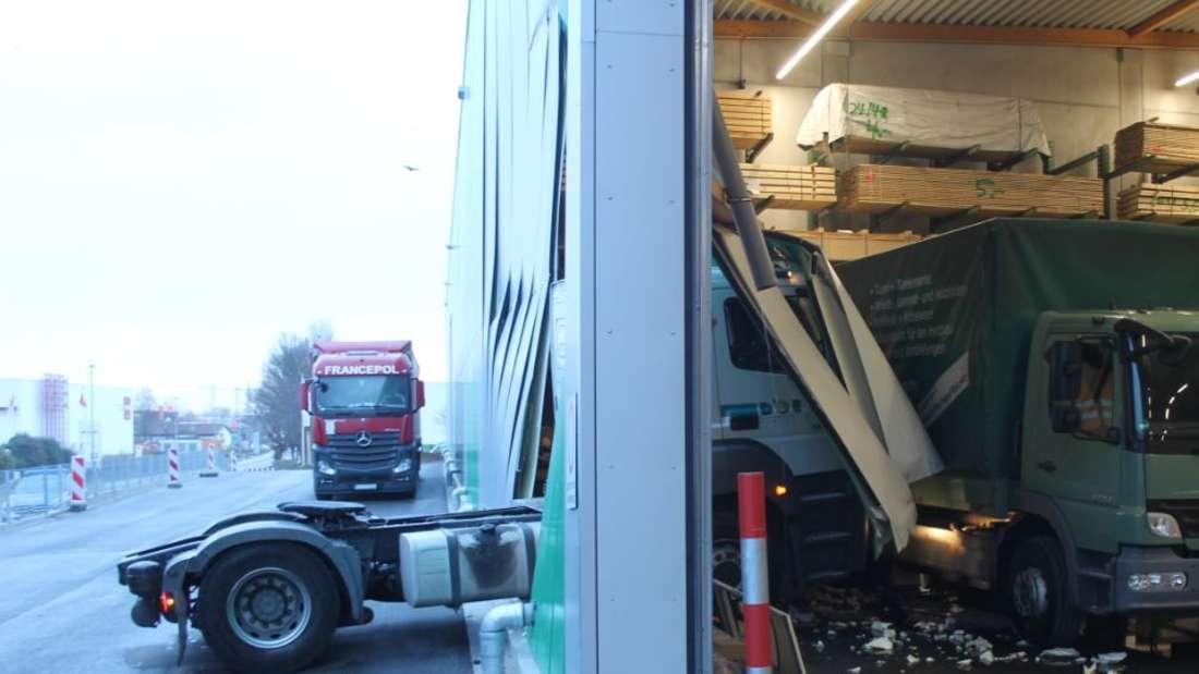 Ein Lkw kracht durch die Wand einer Lagerhalle in Landau