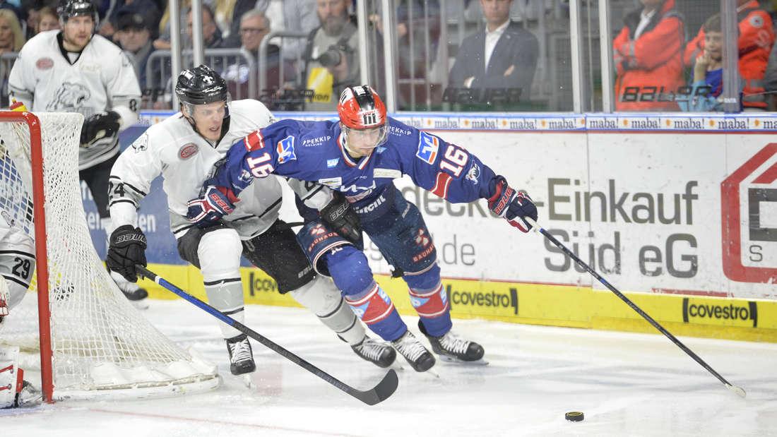 Markus Eisenschmid (r.) erzielt gegen die Nürnberg Ice Tigers das 1:1.