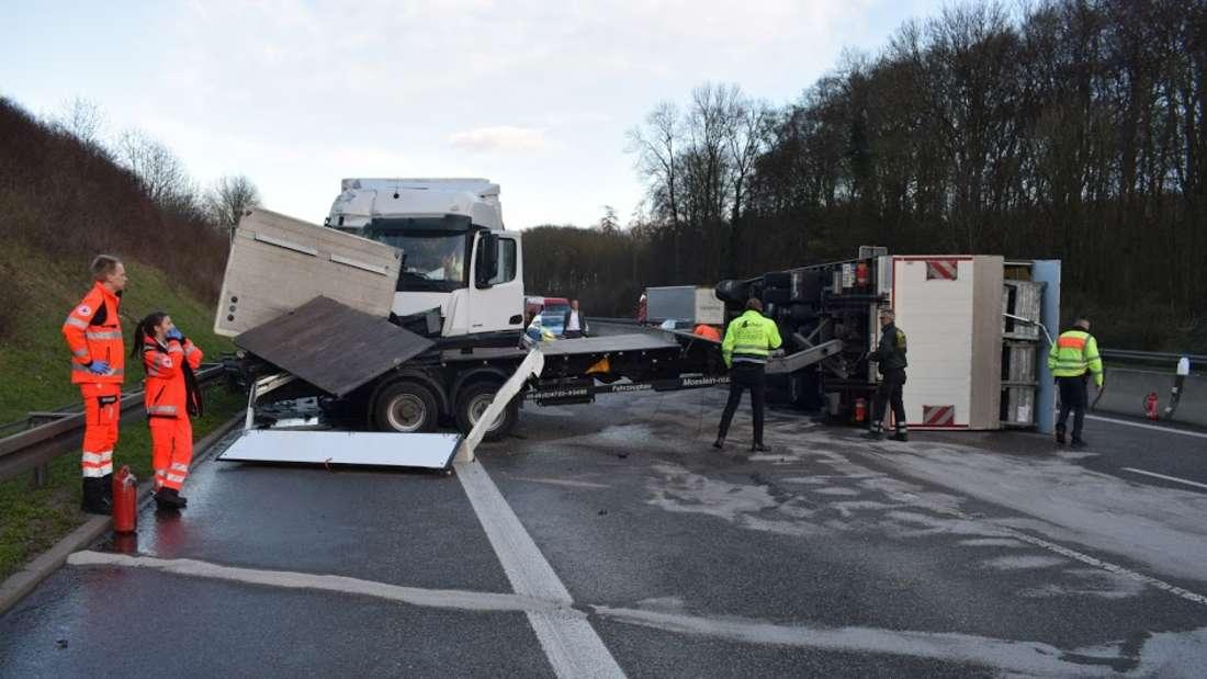 Lkw kippt nach Unfall auf A6 um und blockiert drei Spuren.