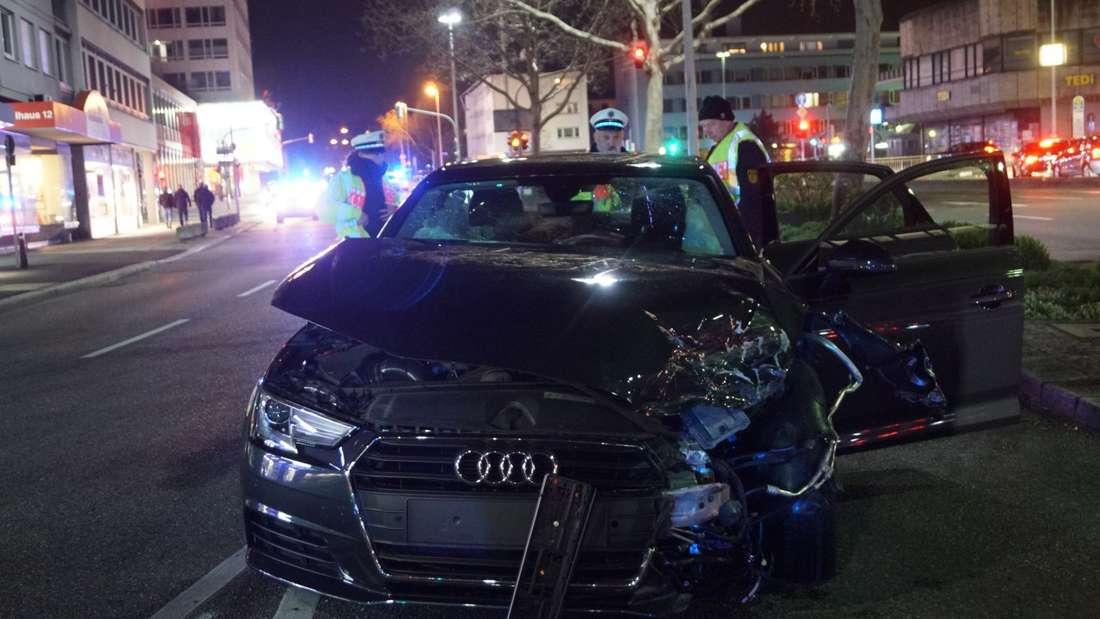 Junger Audi-Fahrer rast mit Alkohol über rote Ampel: Unfall in Heilbronn