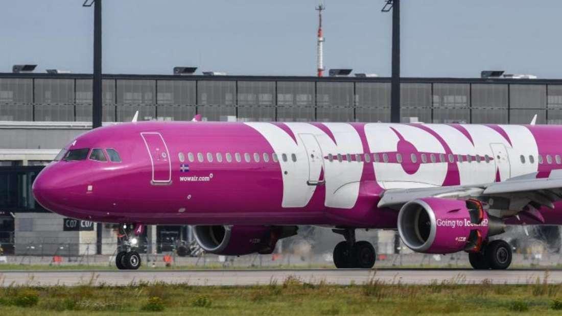 Ein Passagierflugzeug der isländischen Billigfluggesellschaft Wow Air landet in Berlin Schönefeld.