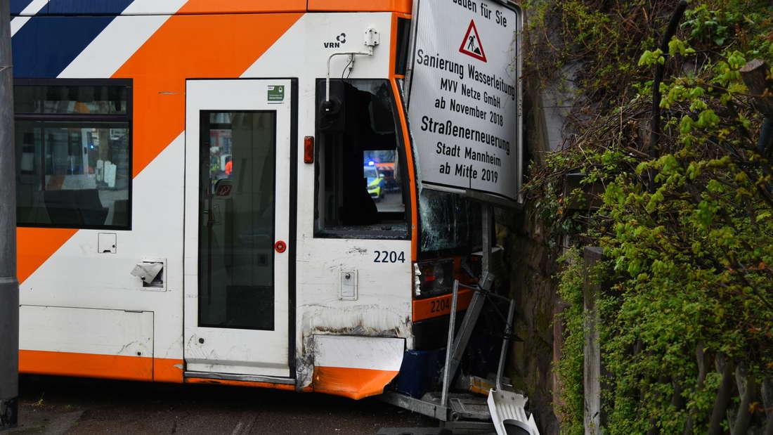 Straßenbahn in Mannheim nach Crash mit Lkw entgleist, viele Verletzte