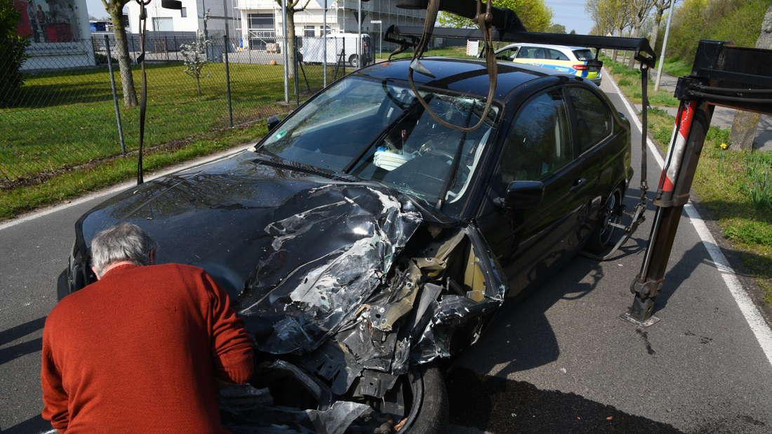 Ein BMW-Fahrer kracht in eine Mauer in Neulußheim und haut ab.