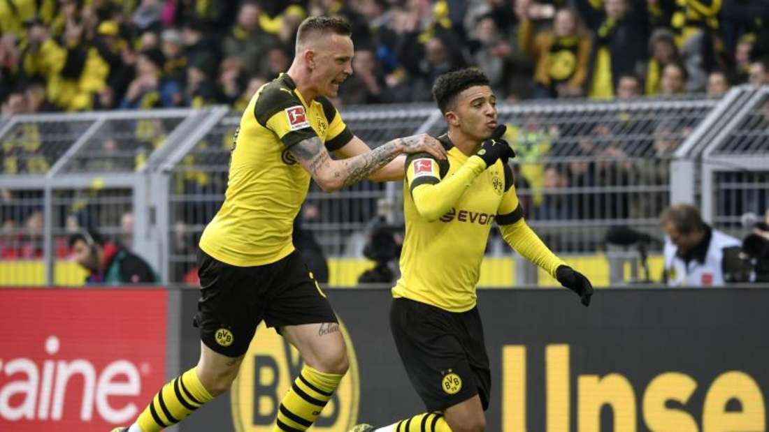 Doppeltorschütze Jadon Sancho und Marius Wolf (l.) bejubeln das Tor zum Dortmunder 2:0 gegen Mainz.