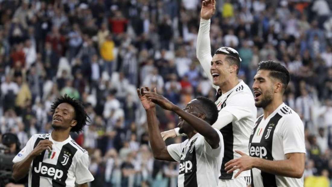 Juan Cuadrado (l-r), Blaise Matuidi, Cristiano Ronaldo und Emre Can feiern den vorzeitigen Meistertitel von Juve. Foto: Luca Bruno/AP
