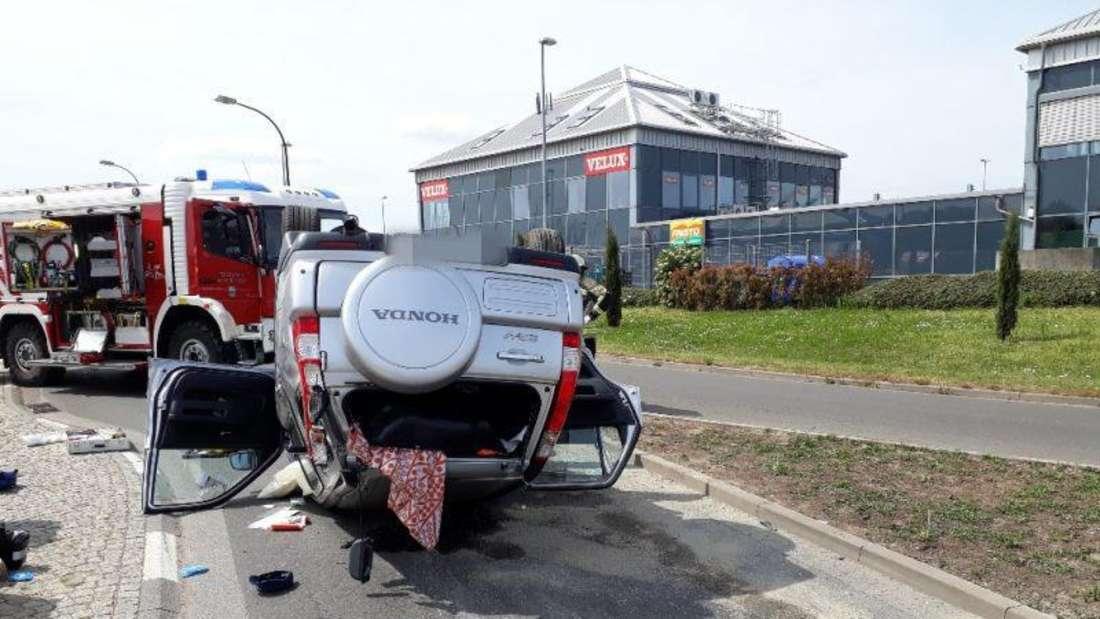 Honda des Unfallverursachers landet auf dem Dach.