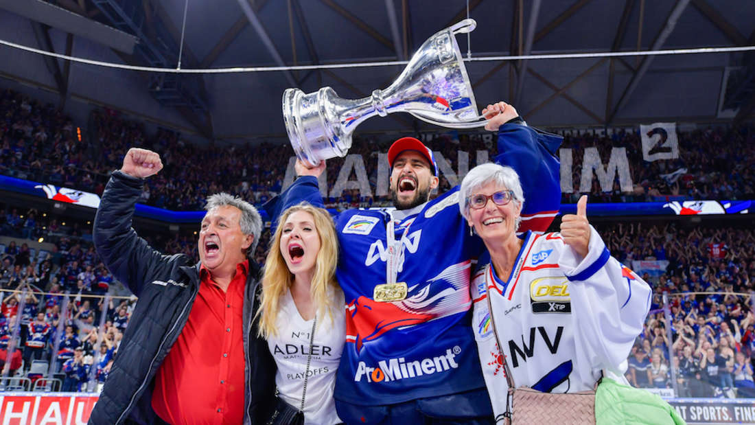 Dennis Endras feiert mit seiner Familie den Meistertitel.