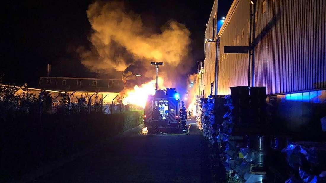 Brand in Gewerbegebiet hält Feuerwehr in Atem