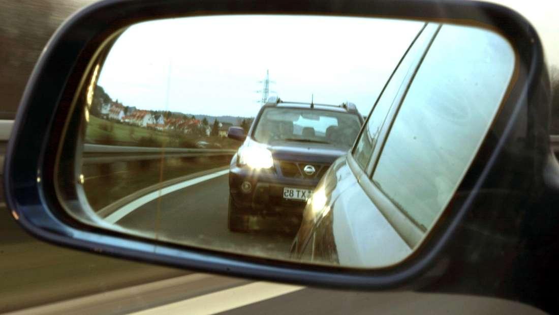Ein Verkehrsrowdy gefährdet auf der B36 bei Mannheim mehrere Autofahrer. (Symbolbild)