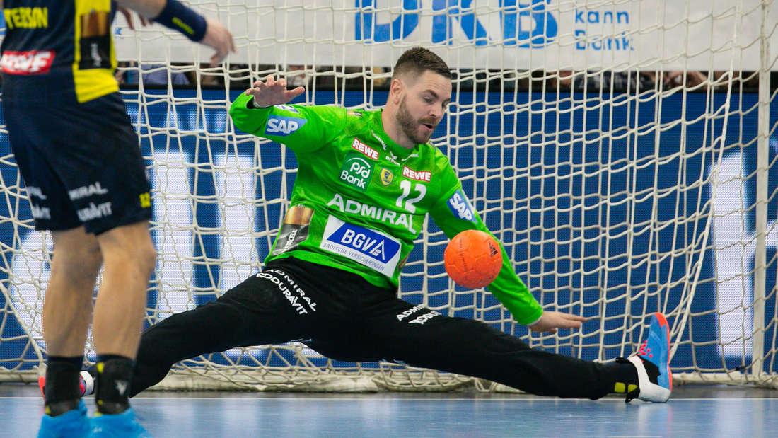 Andreas Palicka von den Rhein-Neckar Löwen pariert einen Ball.