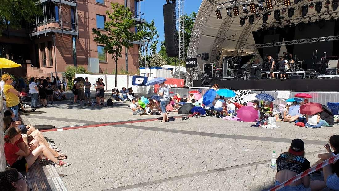 Trotz Mega-Hitze warten die Fans geduldig auf Sunrise Avenue.