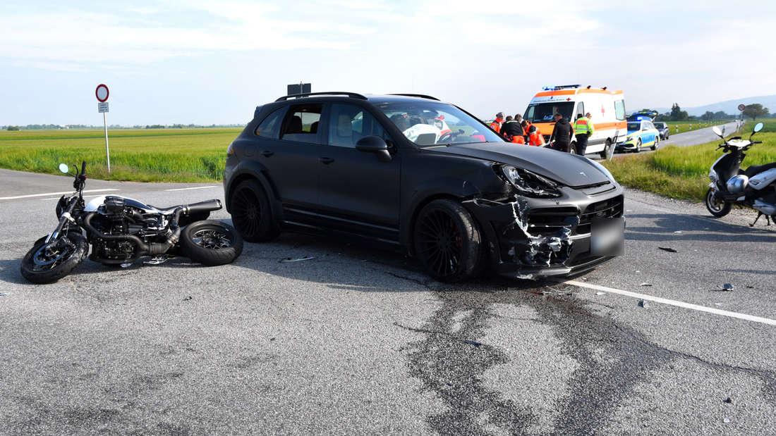 Am Morgen des 17. Mai 2019 übersieht der Fahrer eines Hamann Porsche Cayenne ein BMW-Motorrad, das gerade von Plankstadt kommend auf dem Grenzhöfer Weg (K9702) in Richtung Wieblingen unterwegs ist. Bei dem Zusammenstoß wird der Motorradfahrer über den Porsche geschleudert und beim Sturz schwer verletzt. © HEIDELBERG24/PR-Video/Priebe