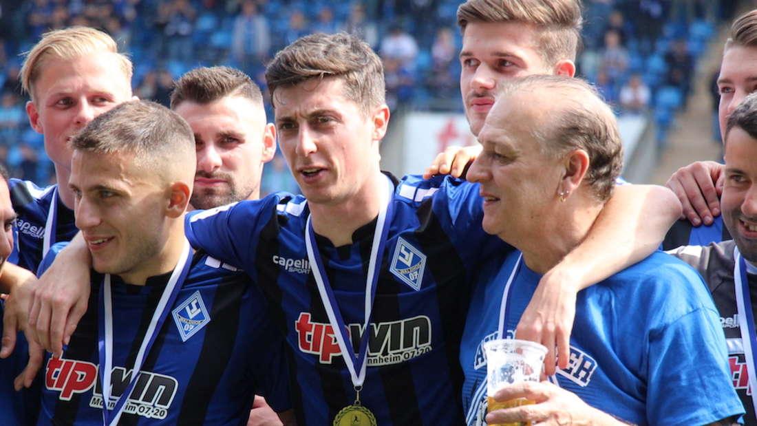 Nach Aufstieg in 3. Liga: SV Waldhof Mannheim erhält Meisterpokal der Regionalliga Südwest.
