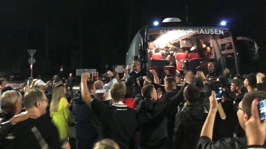 Der SV Sandhausen nach der Ankunft am BWT-Stadion am Hardtwald von den Fans gefeiert.