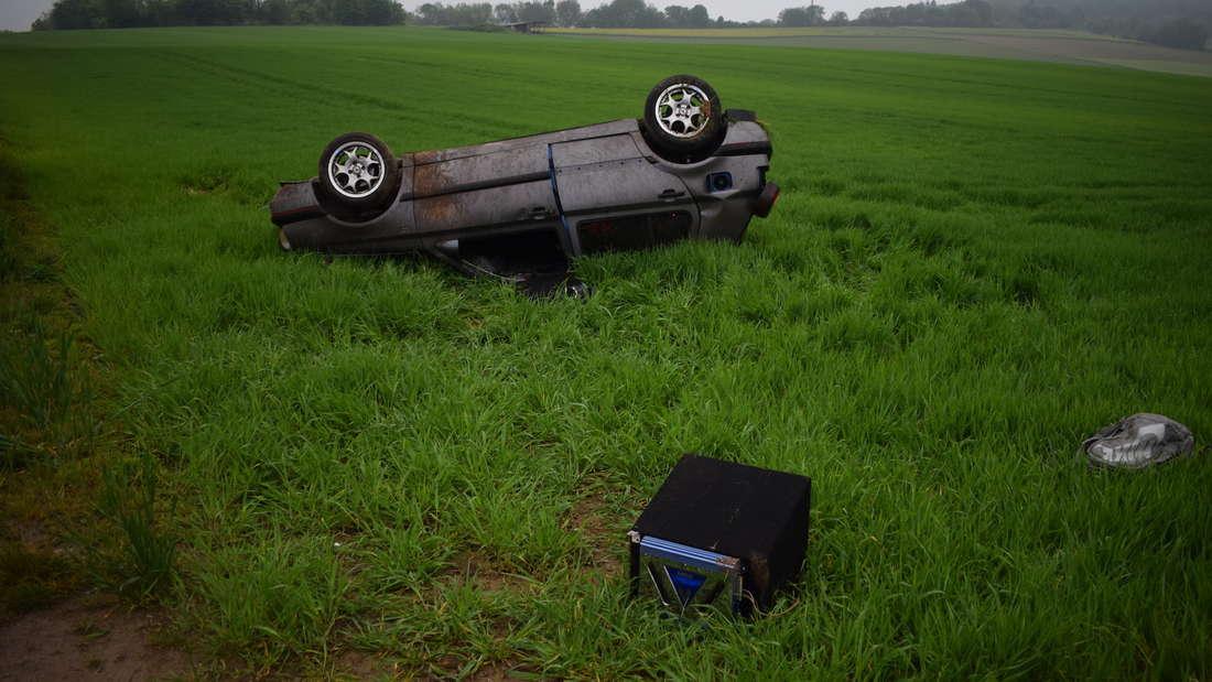 Schwerer Unfall auf der L597: VW landet auf dem Dach.