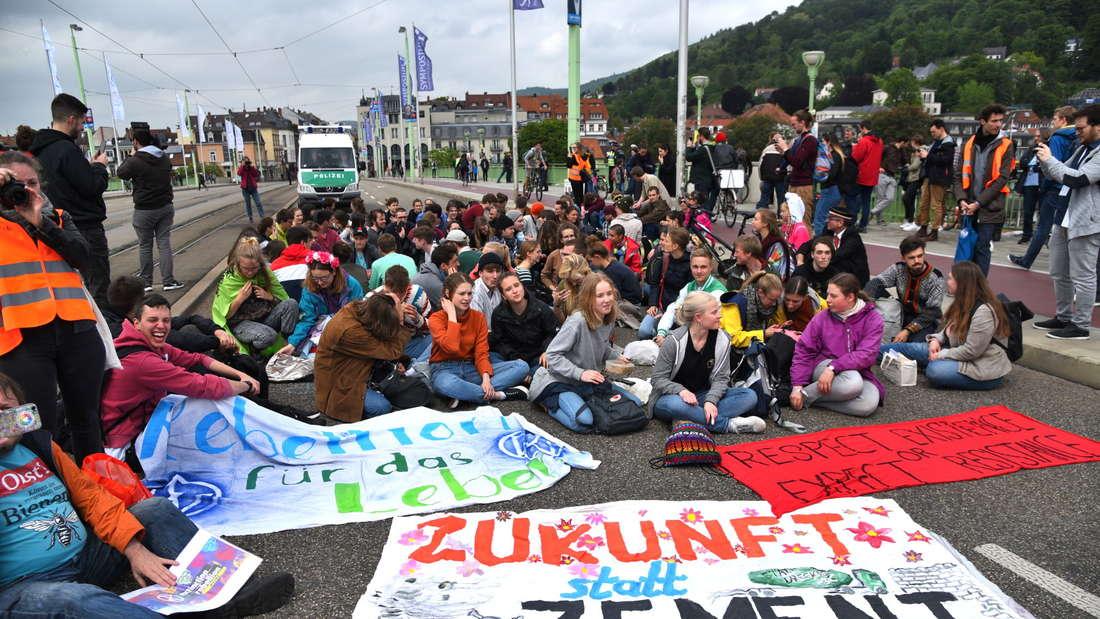 Klima-Aktivisten blockieren die Theodor-Heus-Brücke in Heidelberg
