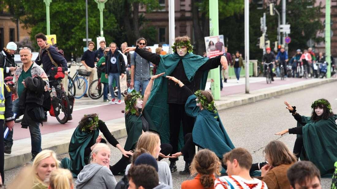 Kunstaktion der Klima-Aktivisten auf der Theodor-Heus-Brücke in Heidelberg.