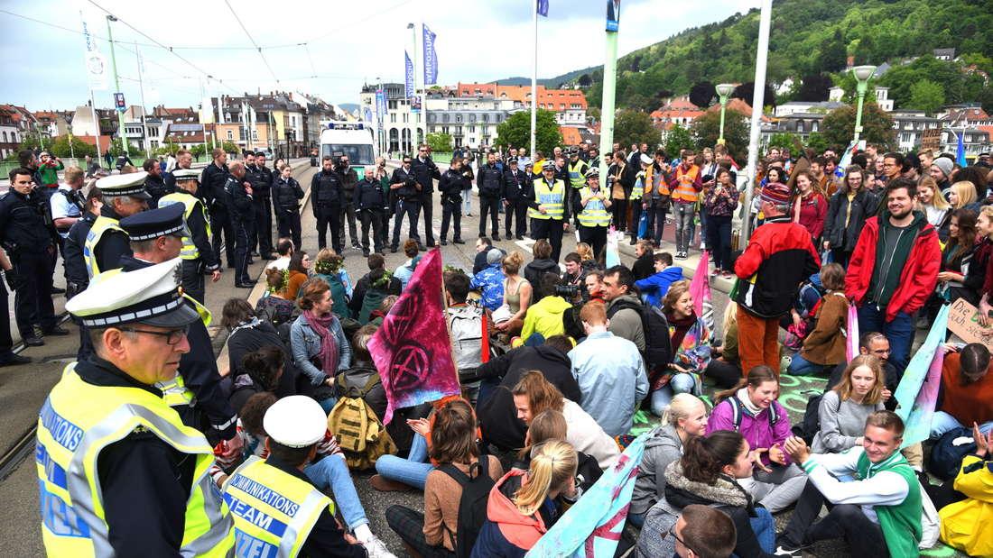 Klima-Demonstranten blockieren Theodor-Heus-Brücke