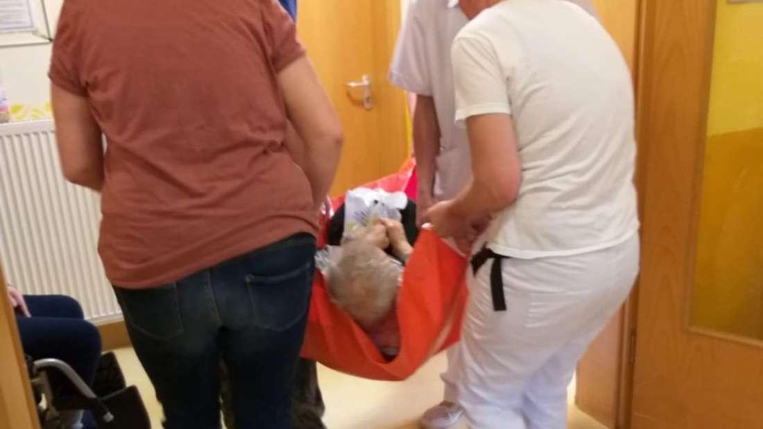 Kurioser Einsatz im Altersheim: Tierrettung trägt Senioren in ihre Zimmer