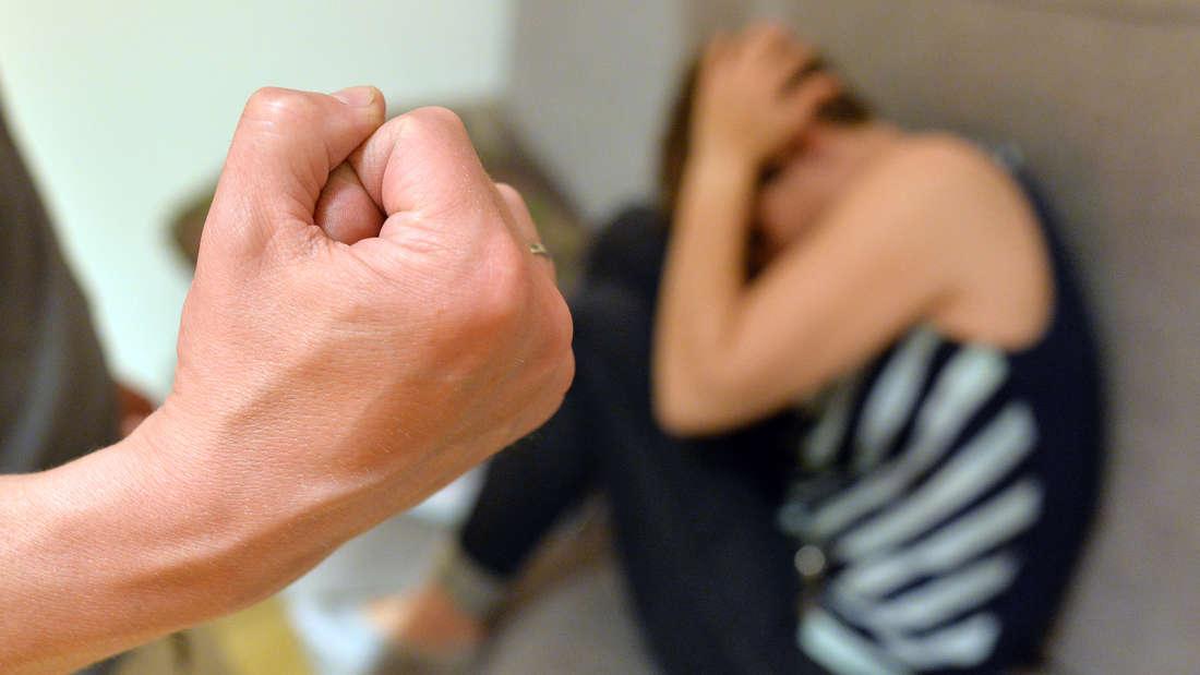 Mann misshandelt schwangere Freundin auf brutalste Weise (Symbolfoto)