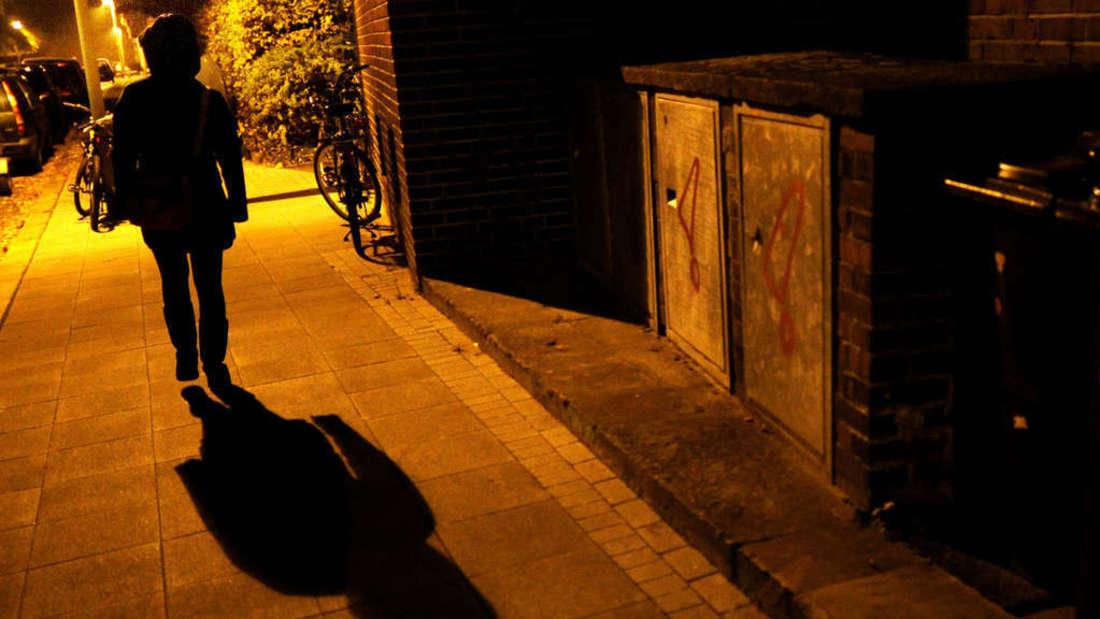 Auf dem Heimweg merkt eine Frau, dass sie von einem Unbekannten verfolgt wird. (Symbolbild)