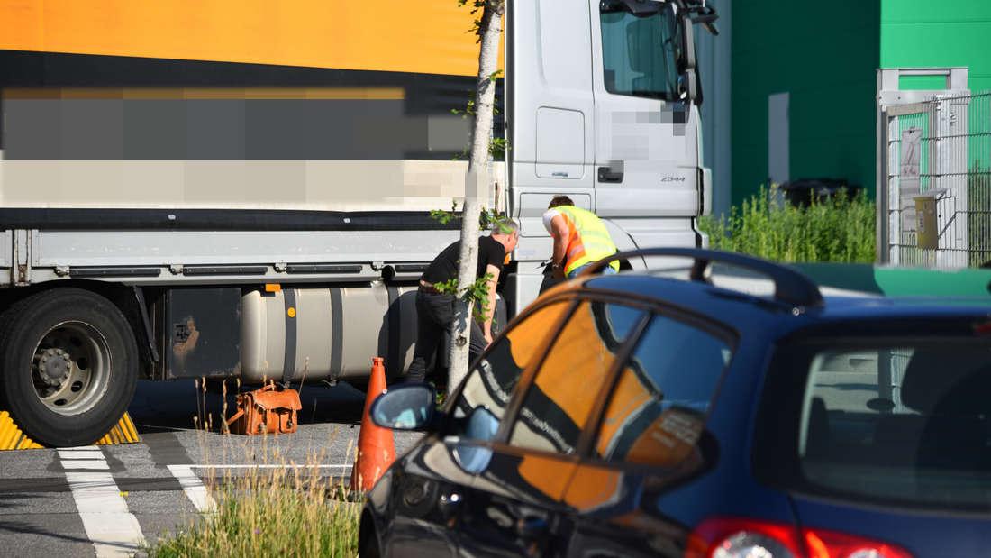 Bei einem tragischen Unfall in Mannheim überrollt ein Lkw einen Radfahrer.