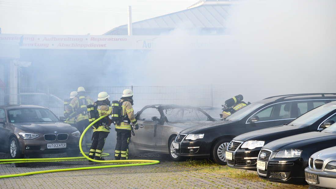 Bei einem Autohaus brennen neun Wagen komplett aus.