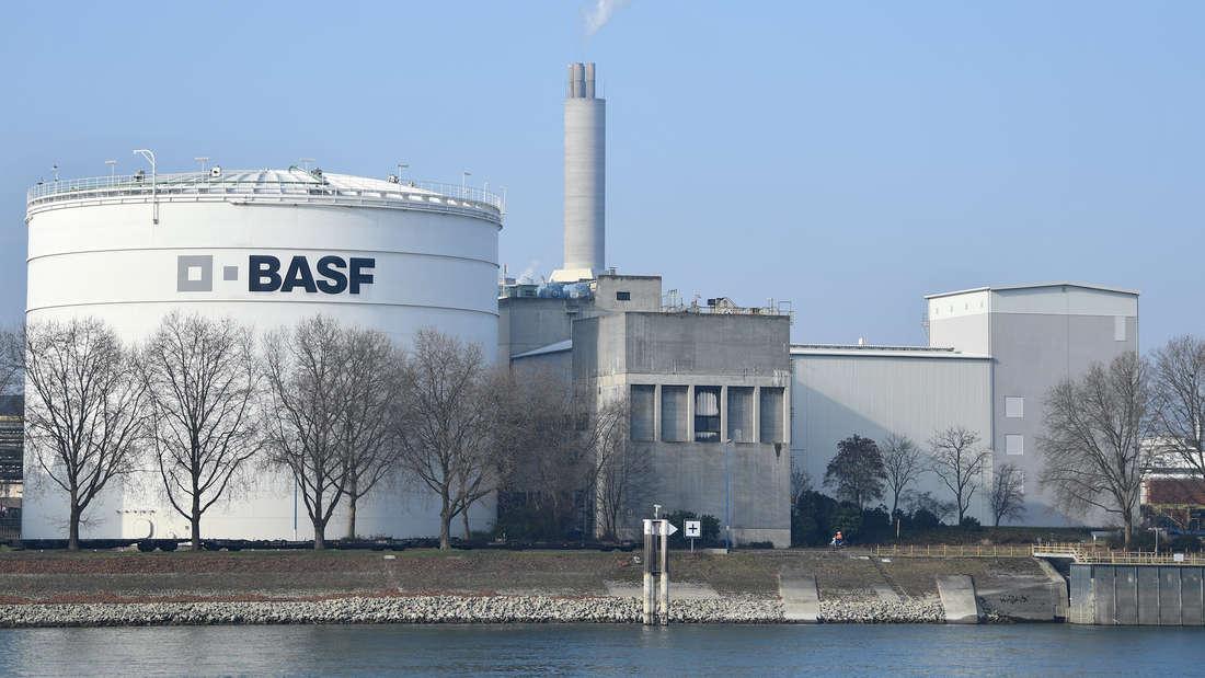 Skandal aufgedeckt! BASF soll die Grundstoffe für das in Syrien eingesetzte Giftgas Sarin produziert haben.