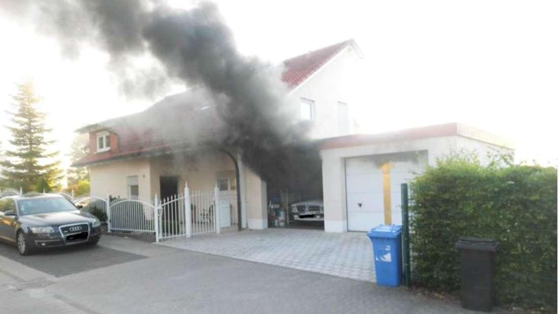 Bei einem Brand in Pirmasens werden zwei teure Autos in Mitleidenschaft gezogen.