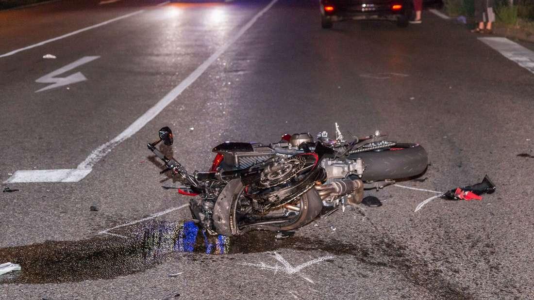 Die Unfallstelle auf der L602 gleicht einem Trümmerfeld.