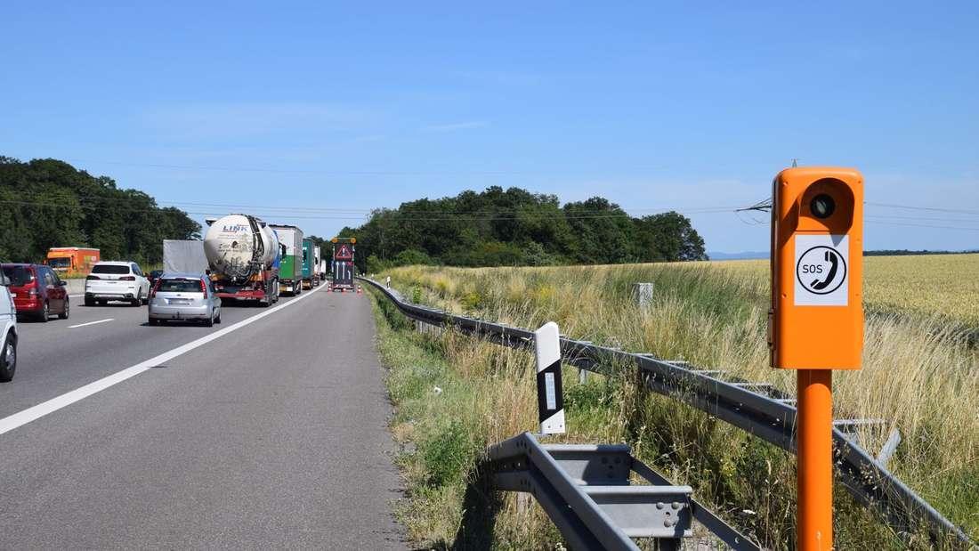 A6 bei Sinsheim: 40-Tonner kracht in Leitplanken und verliert Ladung