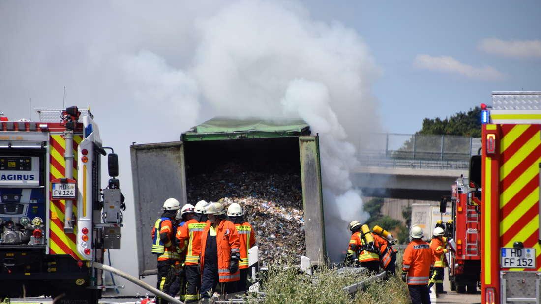 Ein Lkw-Auflieger brennt auf der A6.