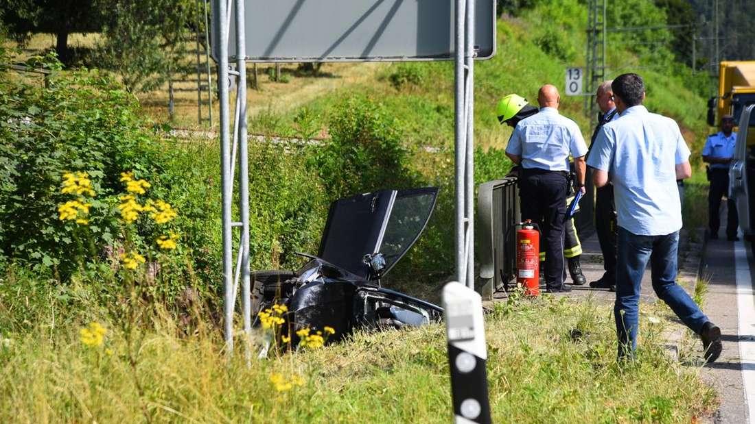 Unfall auf der B45: Auto landet in Bach