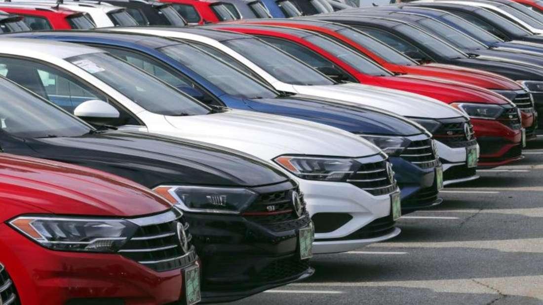 VW-Neuwagen stehen bei einem Autohändler. Foto: Charles Krupa/AP