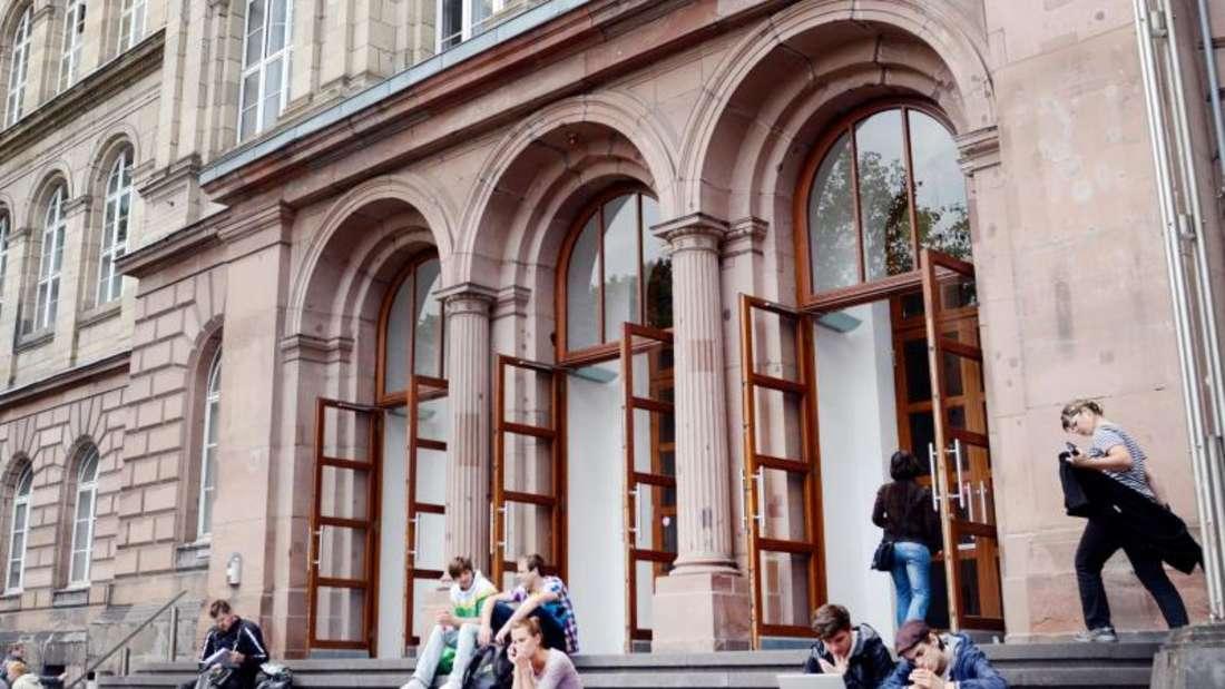 Studentenvor dem Hauptgebäude der Rheinisch-Westfälischen Technischen Hochschule (RWTH) Aachen. Foto: Marius Becker