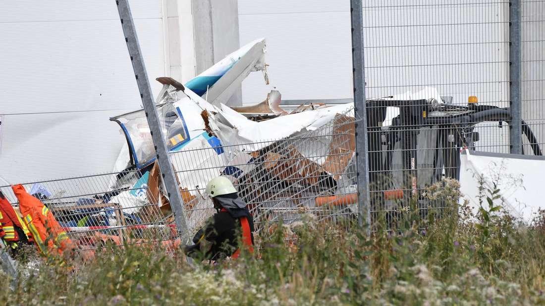 Ein Kleinflugzeug stürzt ab und kracht gegen die Fassade eines Bauhauses.