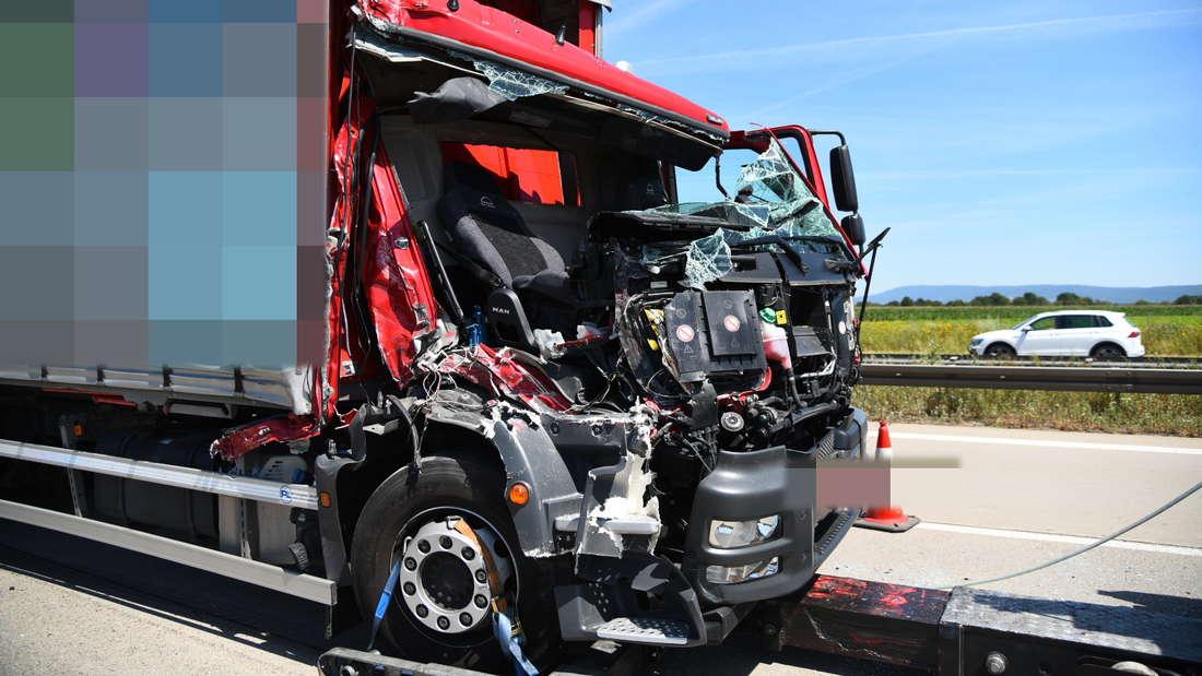 Bei einem schweren Unfall auf der A6 wird ein Fahrer leicht verletzt.